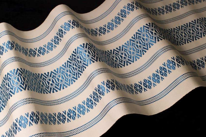 博多の伝統工芸品である博多織です。博多織で織られた白字に青色の献上柄で織られた博多帯です。