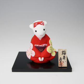 緒方恵子の博多人形「福来い(干支・子)」です。人形の正面です。赤い着物を着たねずみの女の子が座っています。