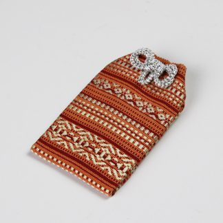宮嶋美紀の博多織で作られたお守り袋です。博多献上柄のデザインです。