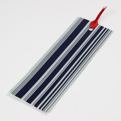 宮嶋美紀の博多織で作られたしおりです。うすい青地に紺色の縦線の模様です。
