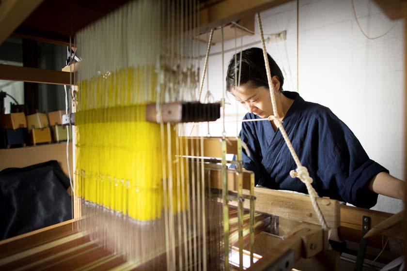 博多織作家の宮嶋美紀です。博多織の織機で機織りをしています。