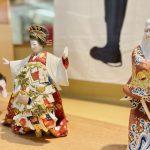 博多の伝統工芸品の博多人形です。博多人形師、緒方恵子の作品「華」で、歌舞伎十八番の一つ「助六由縁江戸桜」の一場面です。