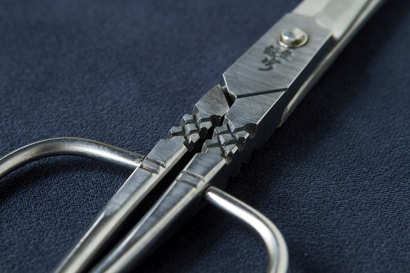 博多の伝統工芸品の博多鋏です。鋏の中心部には「卯」の刻印と「菱」をあらわすデザインが刻まれています。