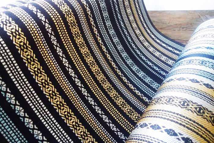 宮嶋美紀の手織りによる博多織です。模様は独鈷、華皿、親子を表す太い線と細い線からなり、献上柄と呼ばれます。